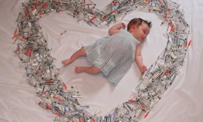 Baby in einem Herz aus Spritzen gibt Frauen weltweit Hoffnung