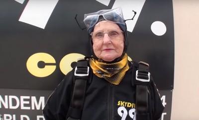 Die 90-jährige Stella Gillard springt für die Krebsforschung aus einem Flugzeug.