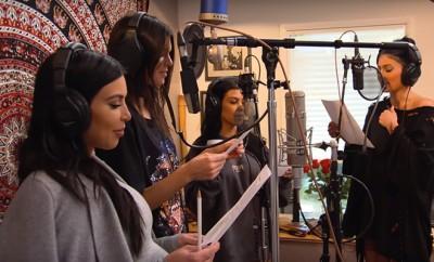Kim Kardashian, Kylie Jenner und Co. singen für Kris Jenner.