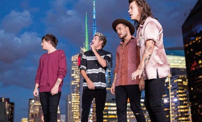 One Direction singen bei History mit den Fans.
