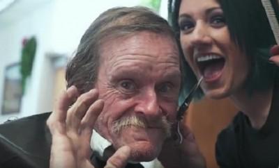 Friseur bietet zu Weihnachten Gratis-Haarschnitte für obdachlose Menschen an.