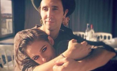 Kristen Stewart zeigt Robert Pattinson, wie glücklich sie ist.