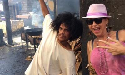 Carmen Geiss mit einem Slum-Bewohner in Kolumbien.