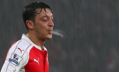 Mesut Özil pfeift auf Arda Turan und den FC Barcelona.