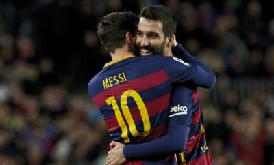 Messi flüstert Arda Turan ins Ohr.