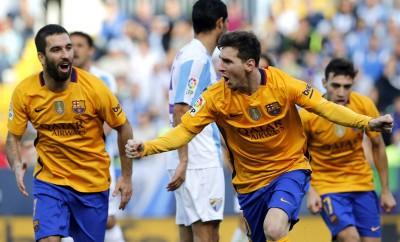Lionel Messi und Arda Turan feiern ein Tor im Spiel gegen Malaga.
