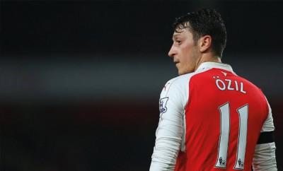Mesut Özil darf nicht ohne Weiteres zum FC Barcelona wechseln.