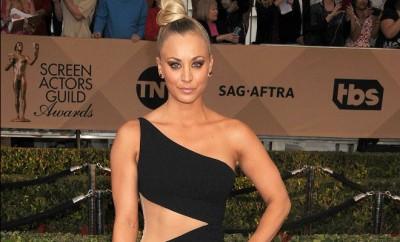 Big Bang Theory-Star Kaley Cuoco tanzt mit Dior-Turnschuhen und Johnny Galecki durch die Nacht.