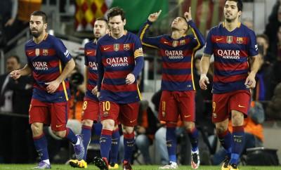 Neymar feiert ein Tor mit Arda Turan, Jordi Alba, Lionel Messi und Luis Suarez.