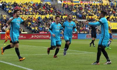 Luis Suarez (L), Lionel Messi (2L), Arda Turan (2R) und Neymar (R) feiern ein Tor gegen UD Las Palmas.