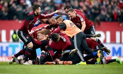 Die Spieler des 1. FC Nürnberg feiern den Siegtreffer im Spiel gegen RB Leipzig.