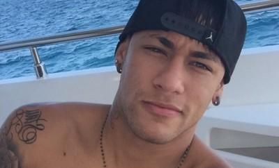 Neymar sendet seinen Fans  Grüße aus Ibiza.