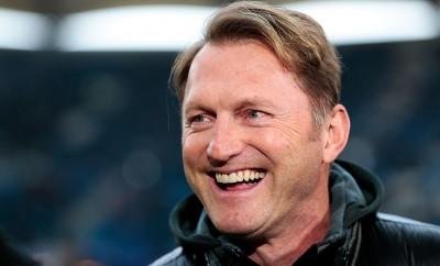Ralph Hasenhüttl  könnte bald bei RB Leipzig auf der Bank sitzen und hat angesichts der momentanen Situation gut Lachen.