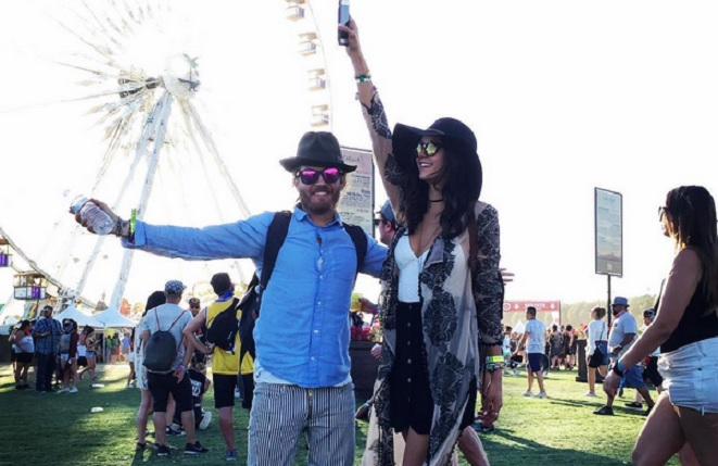 vampire diaries nina dobrev mit neuem freund beim coachella. Black Bedroom Furniture Sets. Home Design Ideas