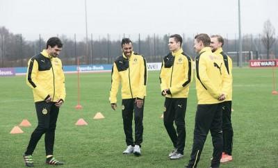 Die BVB-Stars Mats Hummels, Pierre Aubameyang, Marcel Schmelzer, Julian Weigl und Łukasz Piszczek werden beim Training von Borussia Dortmund überrumpelt.