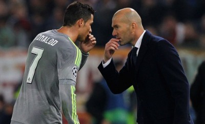 Cristiano Ronaldo gibt Zinedine Zidane Anweisungen.