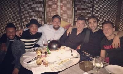 Mesut Özil feiert gemeinsam mit seinen Mitspielern von Arsenal London.