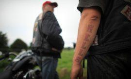 Ein Mitglied der Hells Angels mit einem Tattoo auf dem Arm.