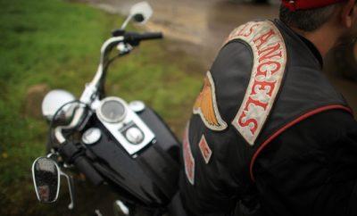Rocker der Hells Angels auf dem Motorrad.