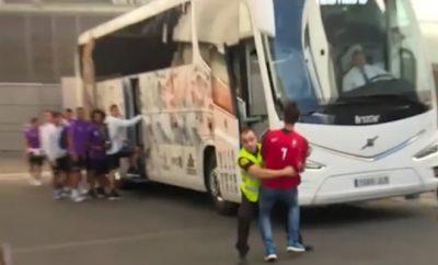 Ein Fan von Real Madrid hat vor dem Spiel probiert ein Foto mit Cristiano Ronaldo zu erhaschen.
