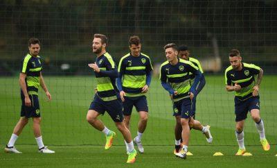 Shkodran Mustafi hat sich mit Mesut Özil einen Spaß erlaubt.