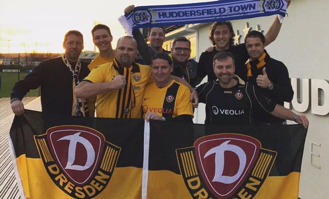 Die Anhänger von Dynamo Dresden haben gemeinsam mit Hefele ein Foto nach dem Training gemacht.