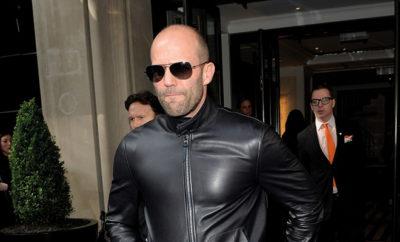 Jason Statham zeigt mit seinem Outfit Stärke.