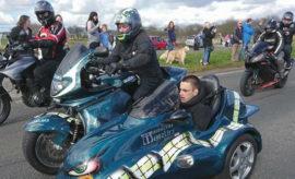 Mehr als 1.000 Hells Angels und Rocker anderer Motorradklubs begleiten sterbenskranken Jungen auf seiner letzter Ausfahrt.