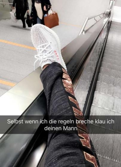Auf einer Rolltreppe: Instagram Stories.