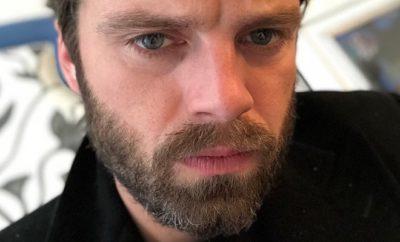Sebastian Stan fährt nackt auf einem Roller durch Athen