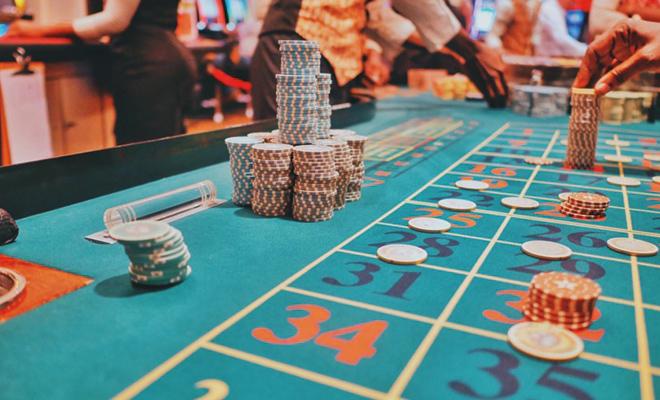 Online Casinos erfreuen sich wachsender Beliebtheit - dies zeigt sich auch an der Werbung. (Foto: @ Kay / Unsplash.com)